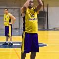 """Šiose rungtynėse unikalų pasirodymą surengė """"Sporto Centro"""" komandos žaidėjas Raimondas Sadkauskas, kuris surinko 62 naudingumo balus. Raimondo statistika šiose rungtynėse: (42 taškai, 14/23 (60.8%) dvitaškiai, 1/3 (33.3%) tritaškiai,   11/11 (100%) baudos metimai, 16 atkovotų kamuolių, 5 rezultatyvus perdavimai, 4 perimti kamuoliai, 1 klaida,  7 išprovokuotos pražangos, 62 naudingumo balai, +69 tiek Raimondo komanda pelnė daugiau taškų kaip jis buvo aikštelėje) (Geltona apranga Nr 7)"""